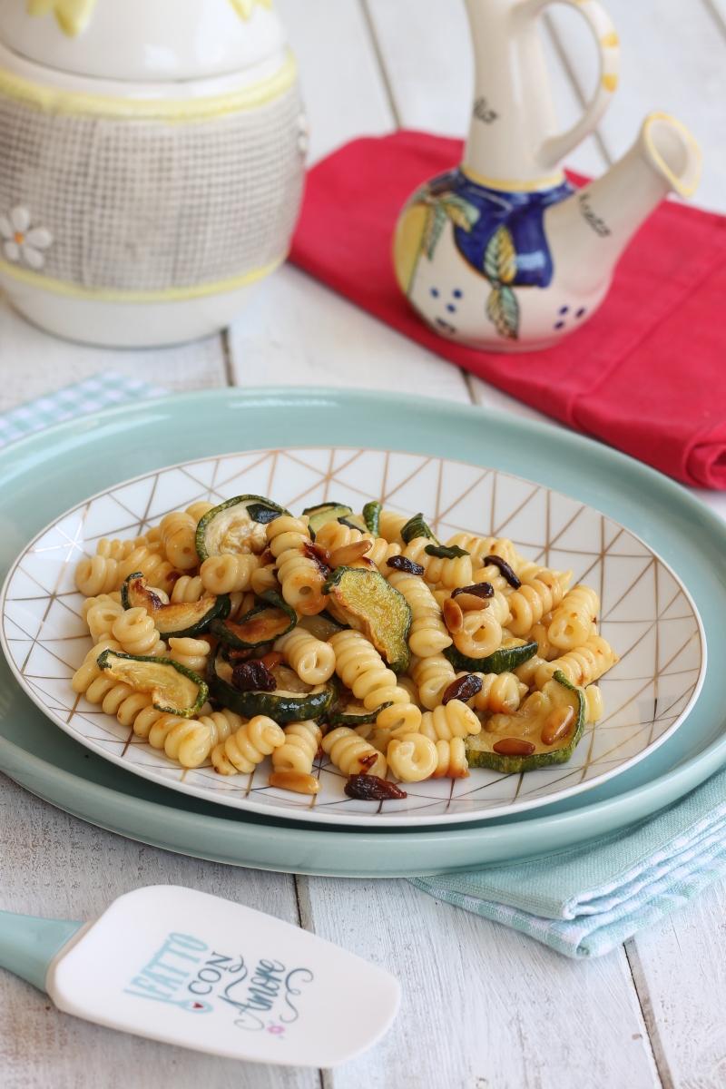 PASTA ZUCCHINE BACCHE DI GOJI ricetta primo con zucchine croccanti