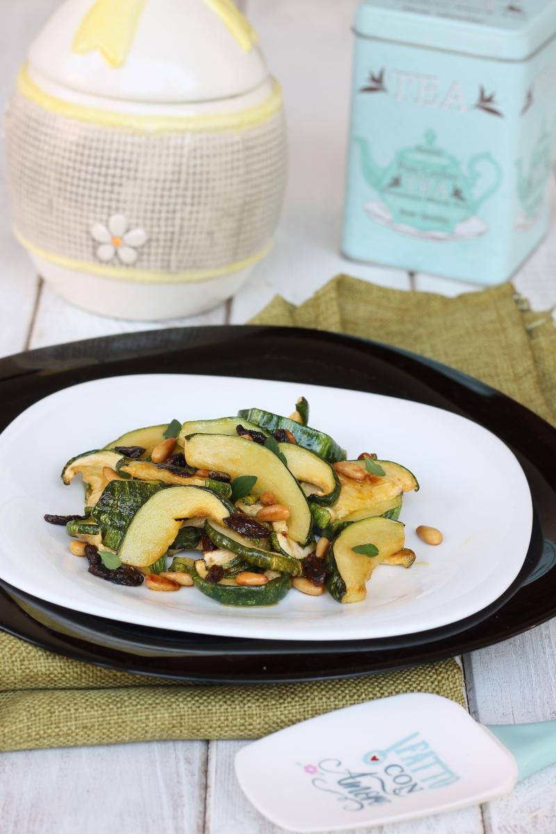 ZUCCHINE UVETTA PINOLI ricetta contorno veloce zucchine in padella