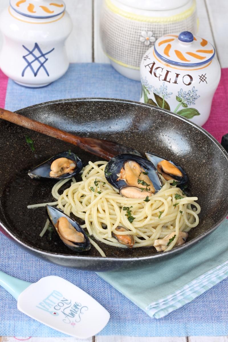 Spaghetti con le cozze in bianco   ricetta spaghetti alle cozze emulsionati