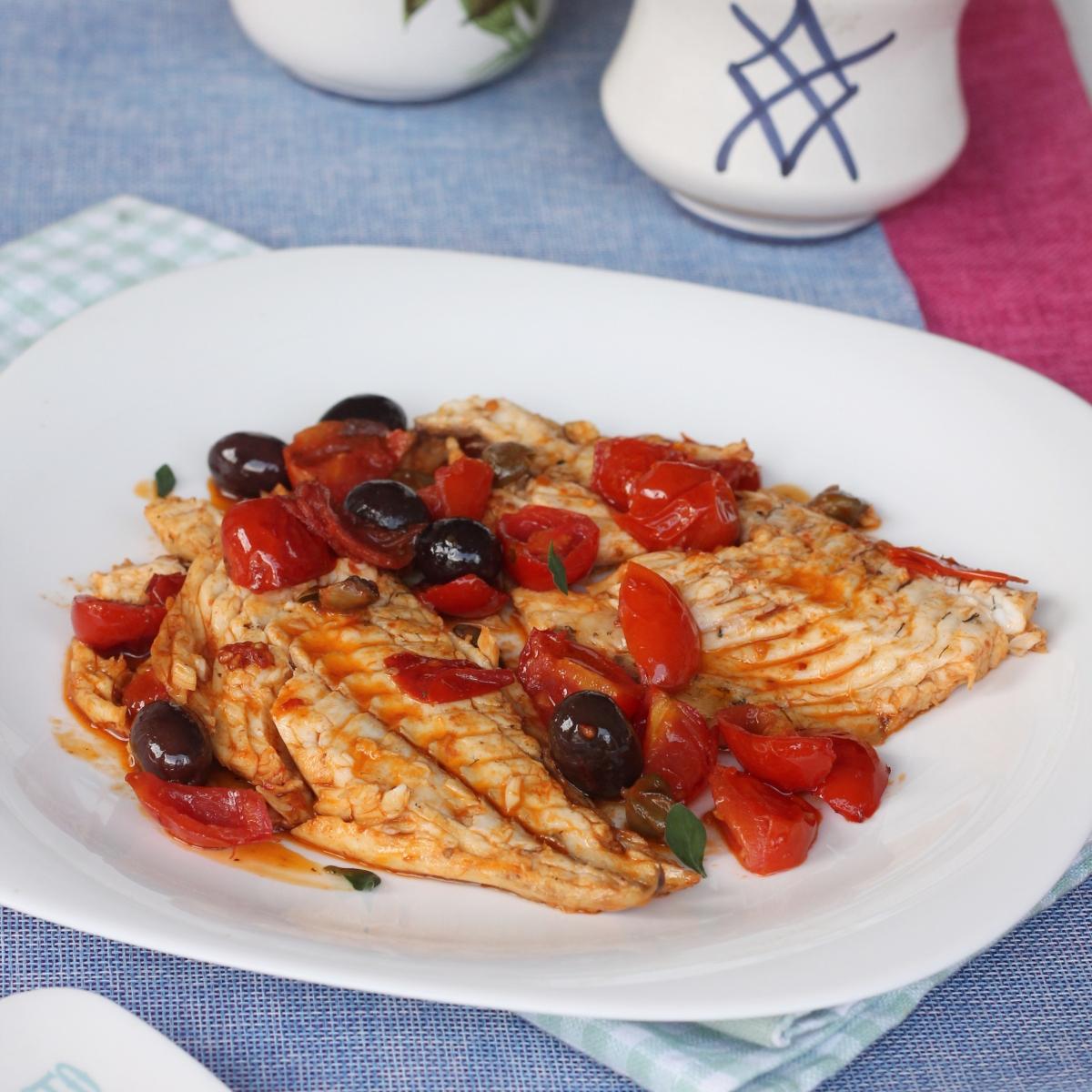 Filetti di orata in padella alla mediterranea | ricetta orata pomodorini e olive