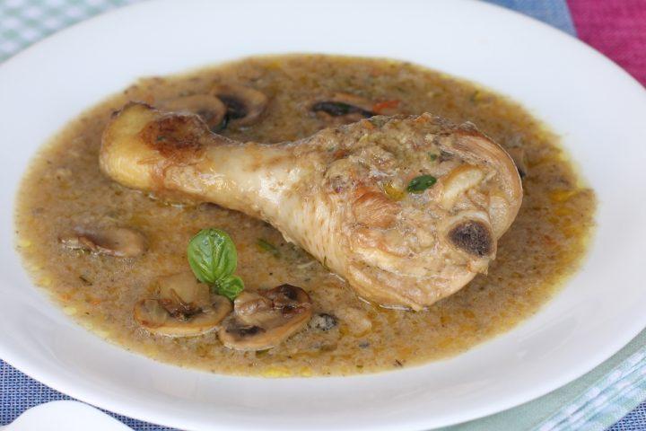 Pollo in bianco con salsa ai funghi   ricetta pollo in padella crema di funghi