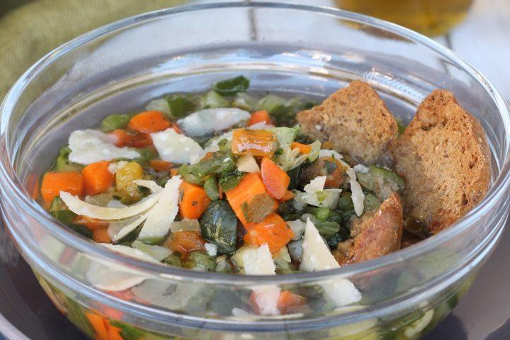 Ricetta minestrone di verdure saporito   zuppa di verdure crostini e semi