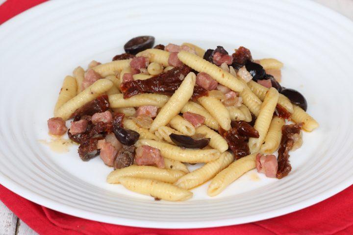 Garganelli pancetta pomodori secchi | ricetta primo di pasta in 15 minuti