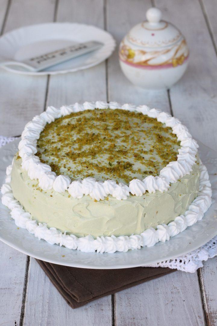 Torta crema cioccolato bianco e pistacchi | con pan di spagna al pistacchio