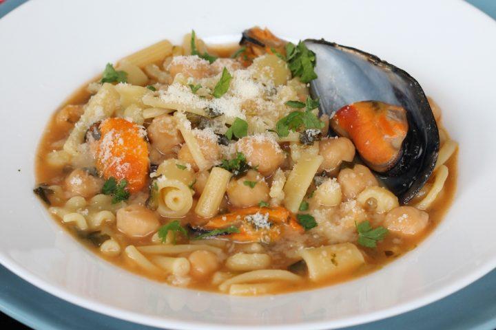 Pasta e ceci con cozze e pecorino | ricetta pasta mista con legumi precotti