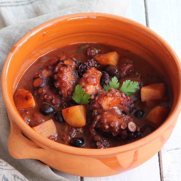 Polpo in umido con patate | ricetta polpo con sugo di pomodoro e patate