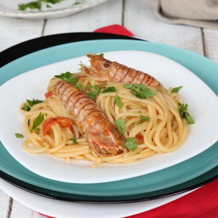 Spaghetti con le canocchie | ricetta facile pasta con cicale di mare