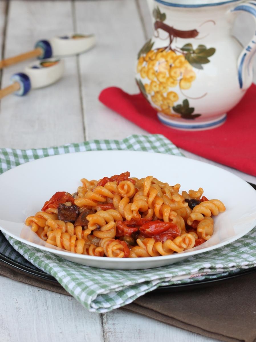 Pasta con SUGO ALLE OLIVE | ricetta fusilli al pomodoro e olive