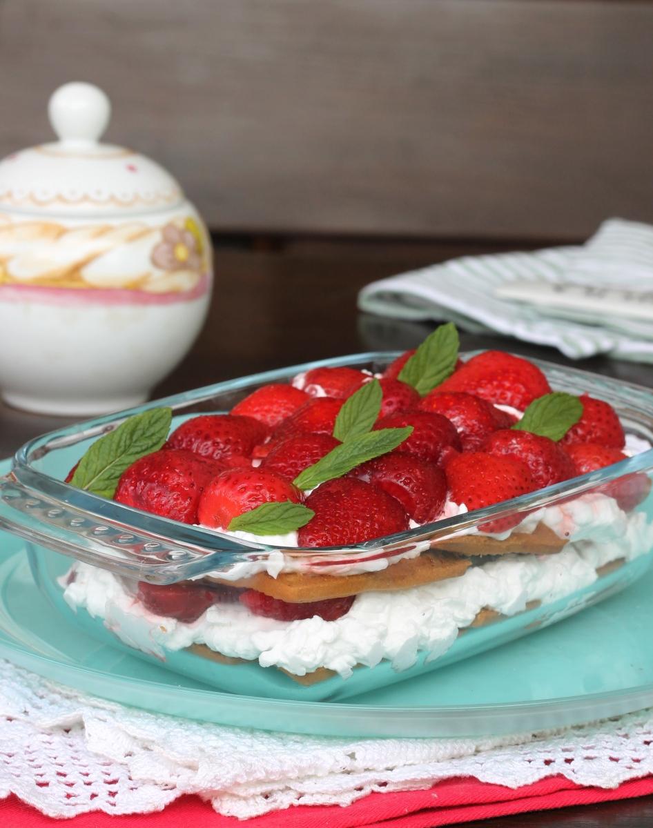DOLCE DI BISCOTTI DELLA NONNA alle fragole |dolce panna e fragole fragole