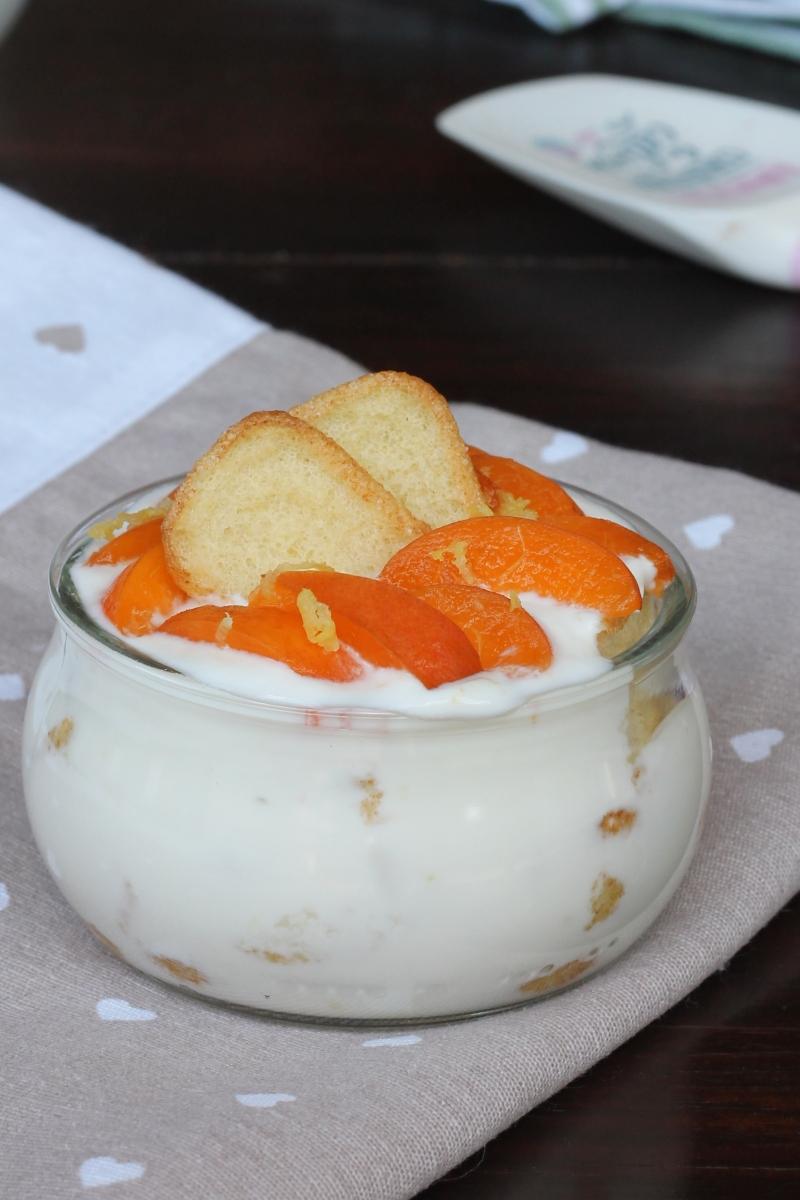 DOLCE pavesini e yogurt DIETETICO con albicocche fresche | dolce light veloce allo yogurt
