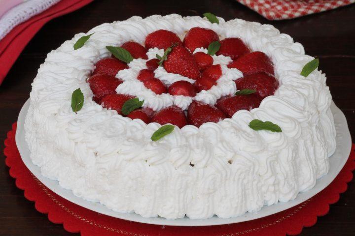 Torta di fragole e crema chantilly | ricetta torta alla frutta con pan di spagna