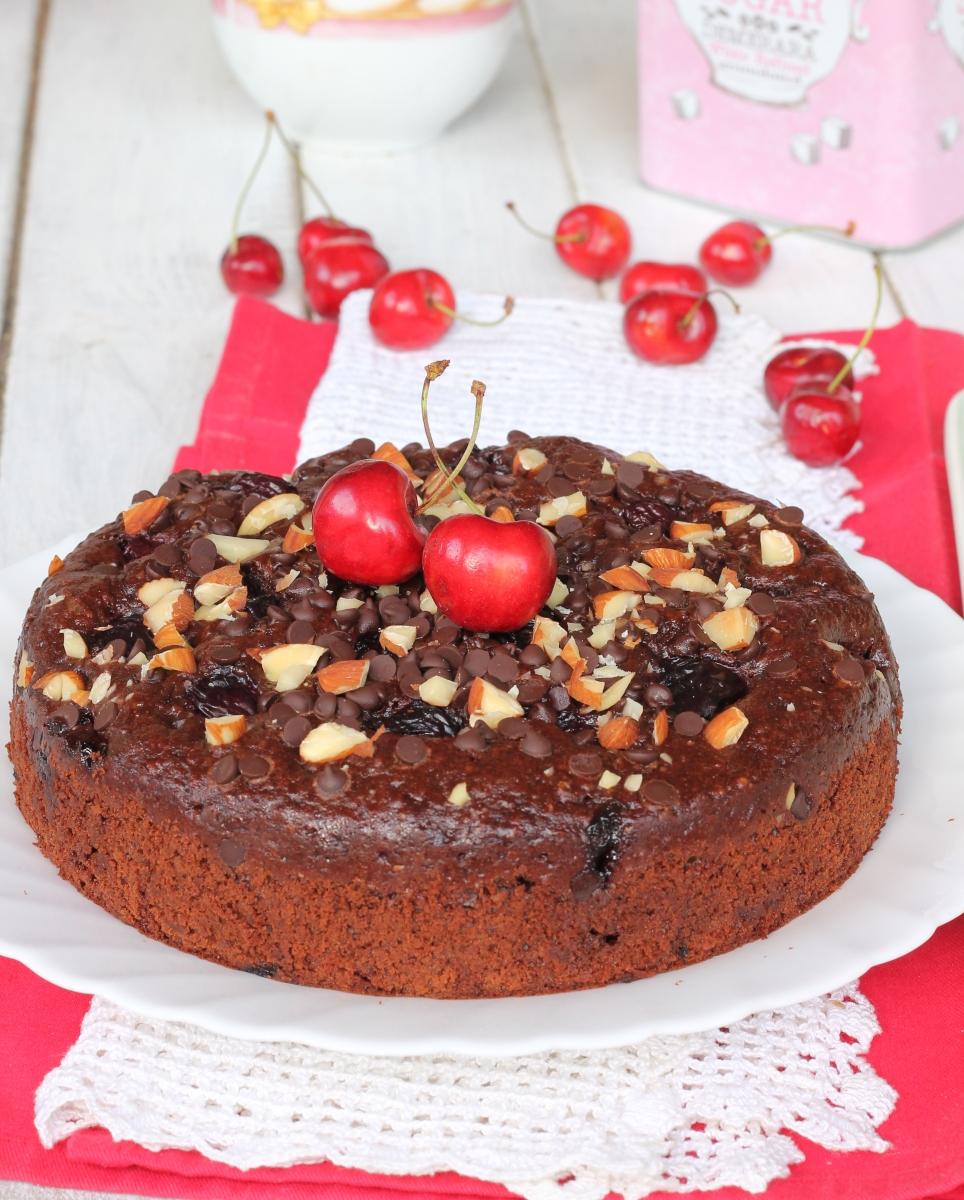 TORTA YOGURT GRECO E CIOCCOLATO torta di ciliegie mandorle e cioccolato