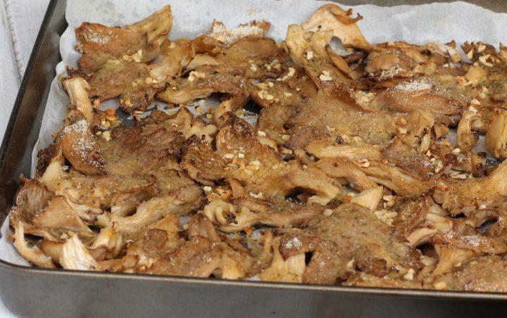 FUNGHI AL FORNO GRATINATI con granella di nocciole | ricetta contorno