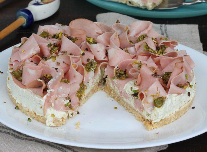 CHEESECAKE SALATA MORTADELLA E PISTACCHI con base di salatini
