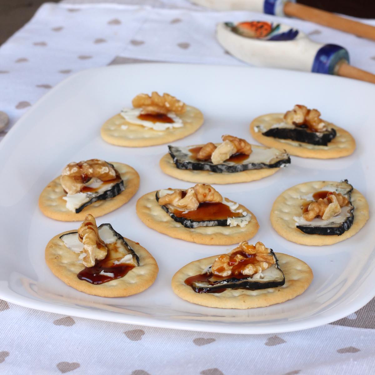 CROSTINI CAPRINO E NOCI ricetta aperitivo crostini formaggio e noci