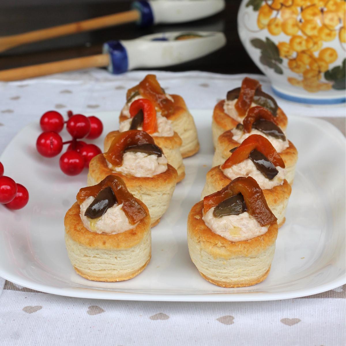 VOL AU VENT AL TONNO ricetta cestini di pasta sfoglia con salsa tonnata
