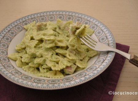 Farfalle con crema di asparagi e prosciutto cotto | Ricetta primo piatto