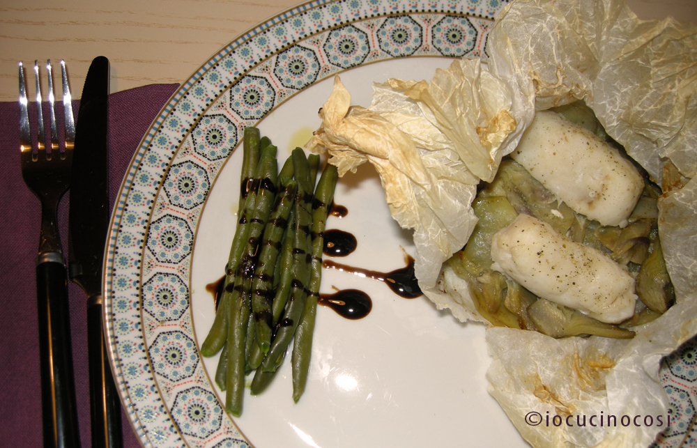 Nasello al cartoccio con patate e carciofi ricetta - Pesce su letto di patate ...