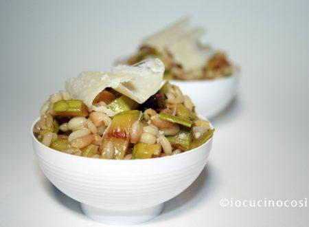 Insalata di farro e orzo con zucchine e parmigiano, ricetta vegetariana
