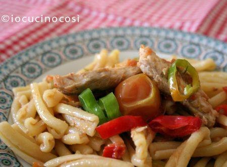 Pasta sgombro e peperoni con pomodori gialli | Ricetta primo di pesce