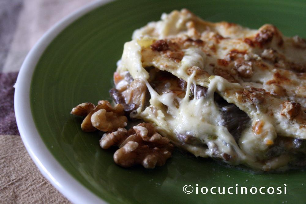 Lasagna ai 4 formaggi con funghi e noci | Ricetta primo piatto al forno
