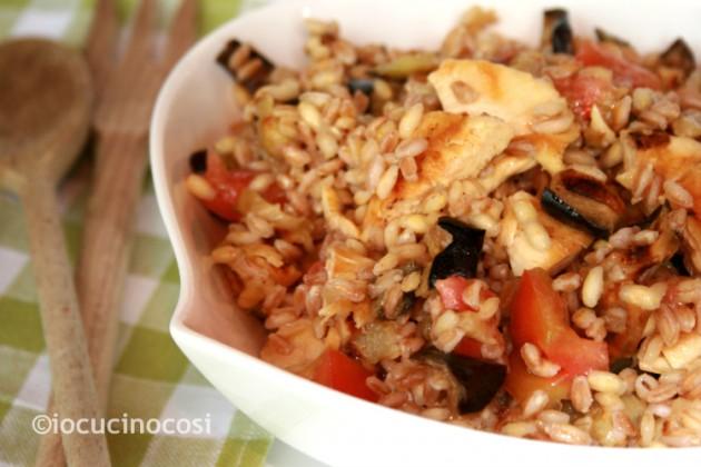 Insalata di pollo e cereali con melanzane | Ricetta piatto unico light