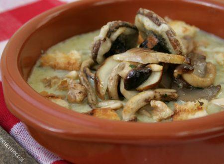 Fantasia di funghi su fonduta di formaggi con noci, pinoli e crostini al rosmarino
