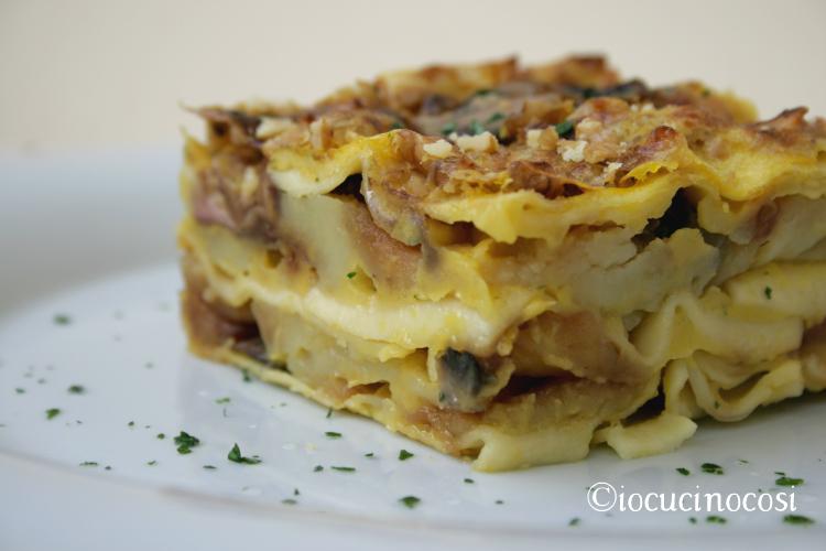 Lasagna con funghi, patate, noci e crema di zucca - Ricetta vegan
