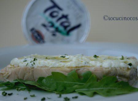 Salmone con salsa yogurt ed erba cipollina – Ricetta veloce