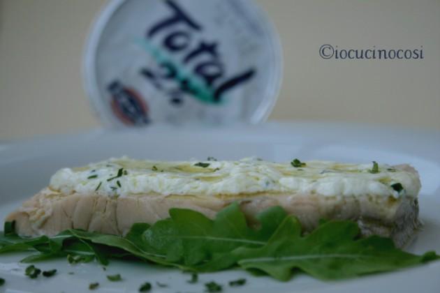 Salmone con salsa yogurt ed erba cipollina - Ricetta veloce