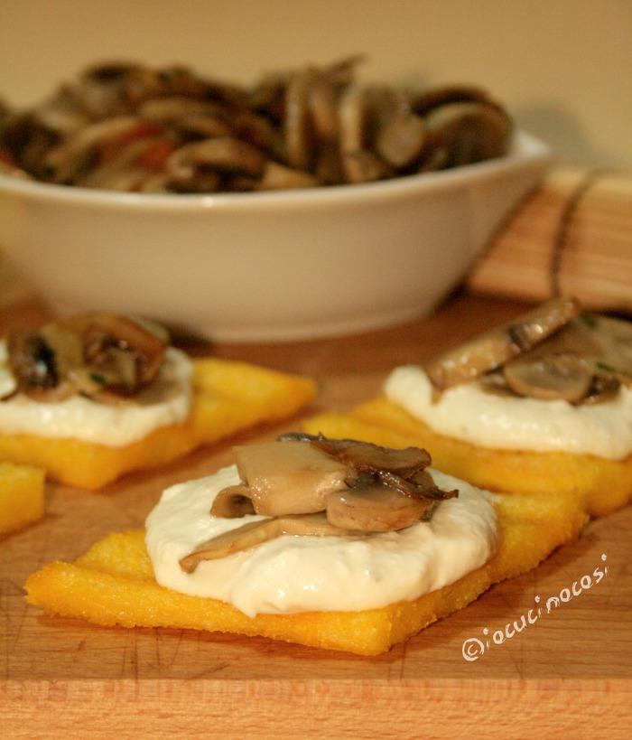 Crostini di polenta con funghi e crema al gorgonzola
