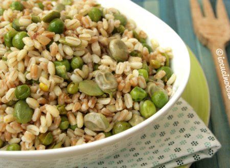 Insalata di cereali con fave e piselli freschi