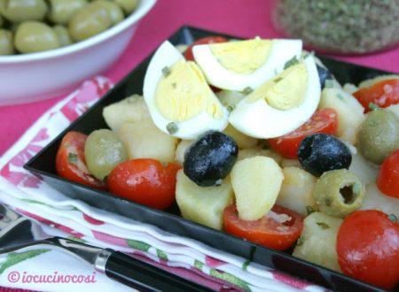 Insalata di patate con olive e uova sode, ricetta vegetariana