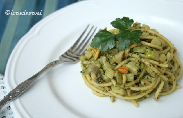 Gli spaghetti con zucchine e provolone sono un primo piatto veloce e gustoso.