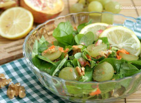 Insalata mista di verdura e frutta con noci