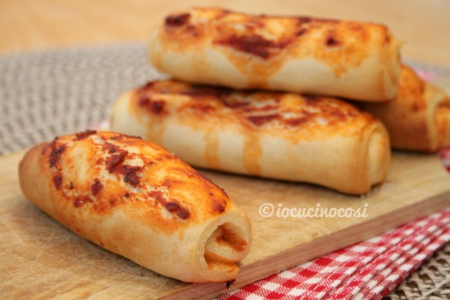 Cannoli di pizza con pomodoro e mozzarella