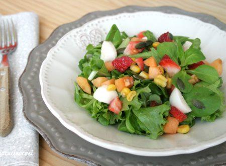 Insalata con nespole, fragole e semi di zucca