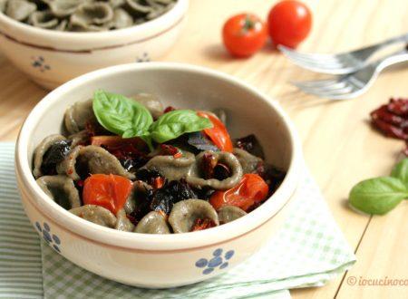 Orecchiette di grano arso con peperoni cruschi e olive
