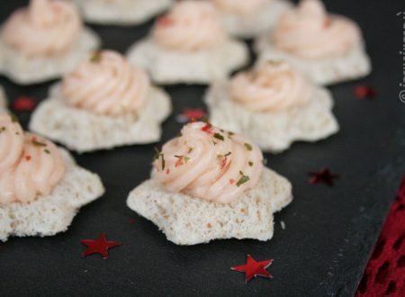 Stelline con mousse di salmone e stracchino al pepe rosa e aglio orsino