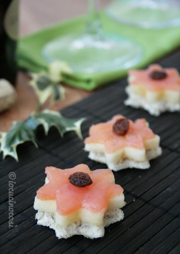 Tartine al salmone, mela e uvetta