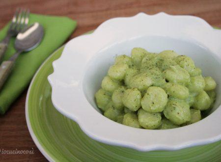 Gnocchi con salsa ai formaggi e broccoli