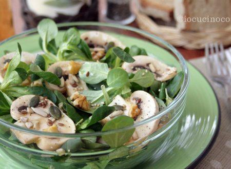 Insalata di valeriana e funghi con noci e semi
