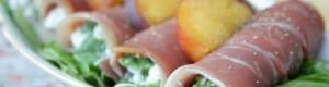Cannoli di prosciutto e pesche farciti con fiocchi di latte e rucola
