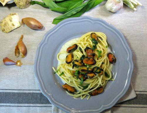spaghetti e cozze con crema di sedano rapa e aglio orsino