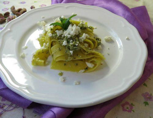 pappardelle al pesto di zucchini e pistacchi con feta