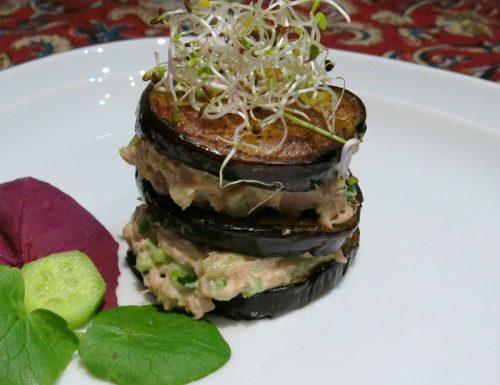 Torretta di melanzane con salsa al tonno e pomodorini secchi