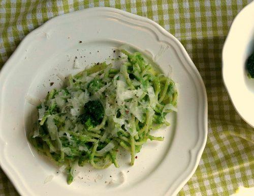 Spaghetti con crema di broccoli e scaglie di pecorino Romano