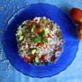 Insalata d'orzo con gamberetti, zucchine e pomodori