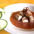 Bocconcini di tonno con gazpacho e cipolla fritta