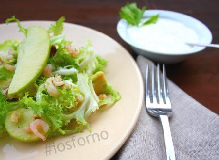 Insalata con avocado, gamberetti e nocciole